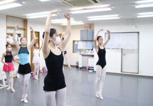 バレエレッスン風景|マミバレエスタジオ 舞台からの経験を大切にする奈良県橿原市のバレエスタジオ